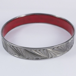 Bangle ruthenium et résine rouge by Mélanie