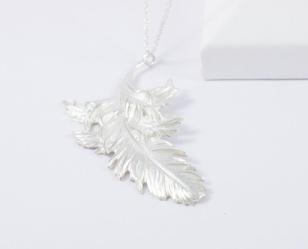 Collier ras de cou plume et chaîne plaqué argent