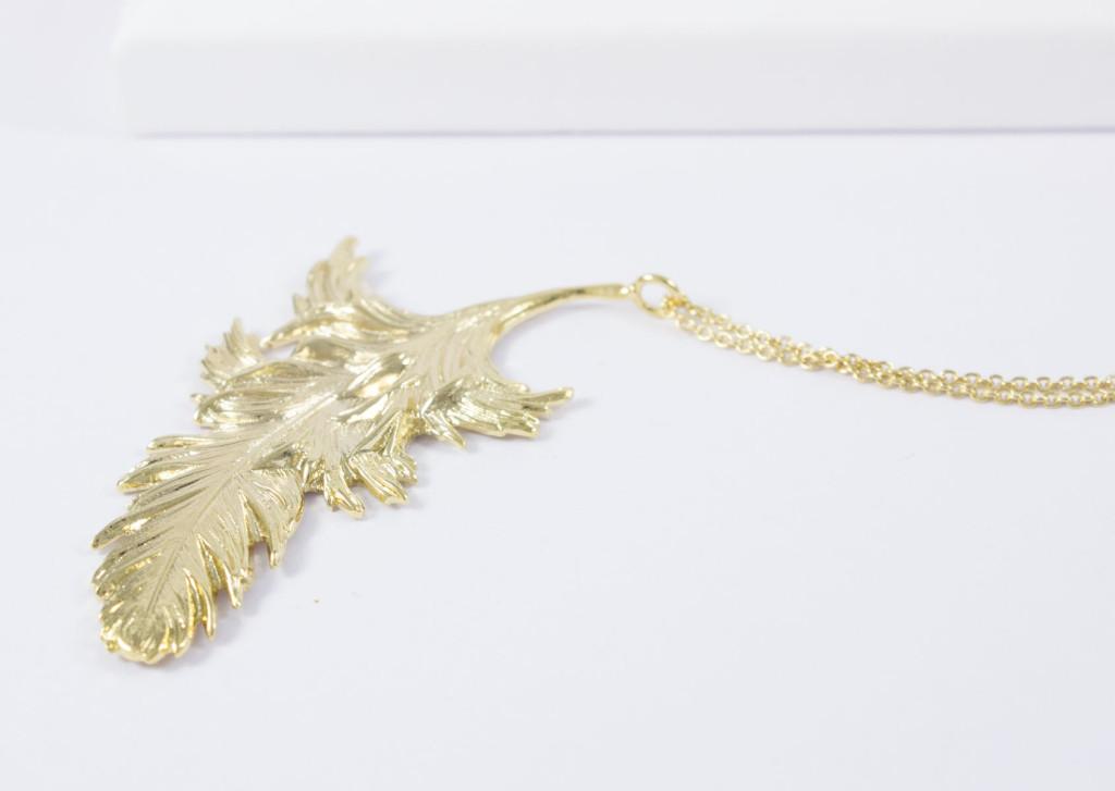 Collier ras de cou plume et chaîne plaqué or