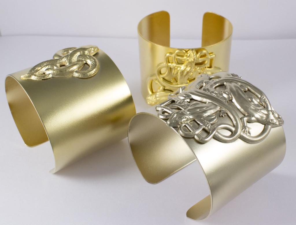 Manchette salamandres métal doré (au fond) Manchette salamandres plaqué or pâle Manchette serpent plaqué or